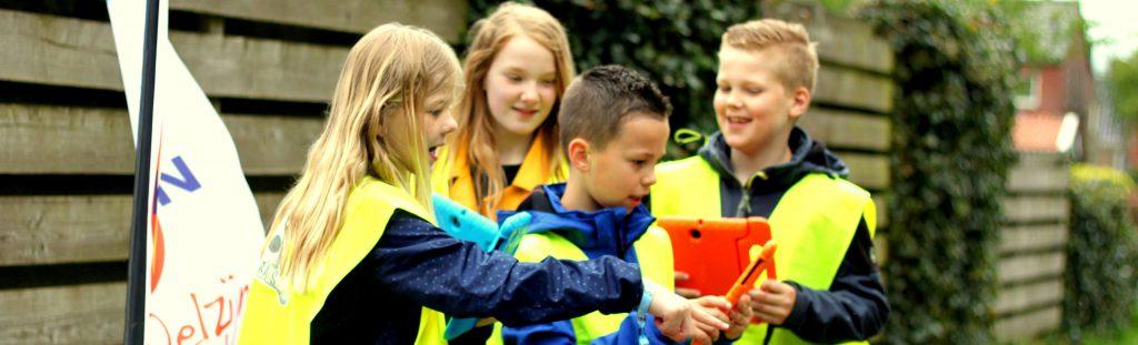 kinderen spelen BAAS op straat in Drogeham Friesland